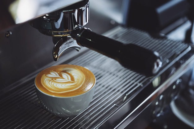 Koffiezetapparaat vullen van een kop Gratis Foto