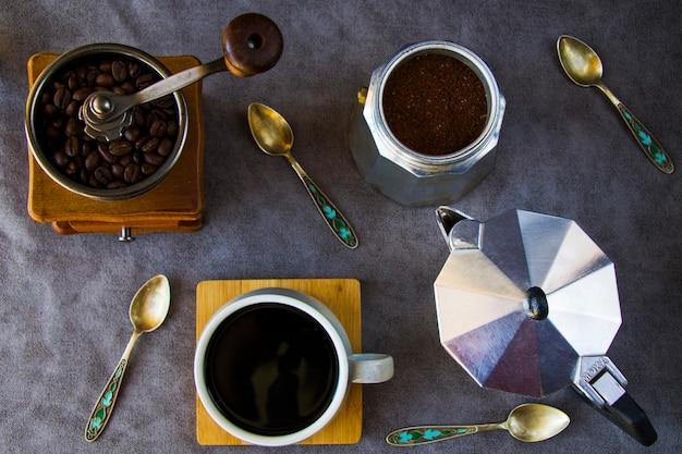 Koffiezetapparaten en bonen, kopje koffie Premium Foto