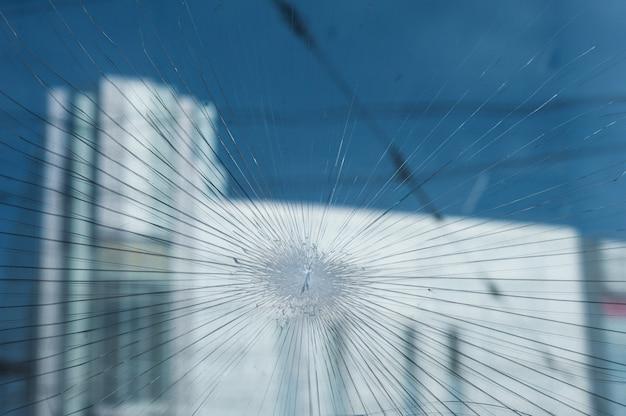 Kogelgaten in het venster van een winkel Premium Foto