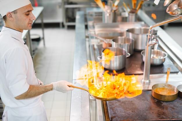 Kok kookt in een restaurant. Premium Foto