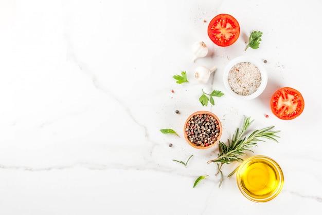 Koken achtergrond, kruiden, zout, specerijen, olijfolie Premium Foto