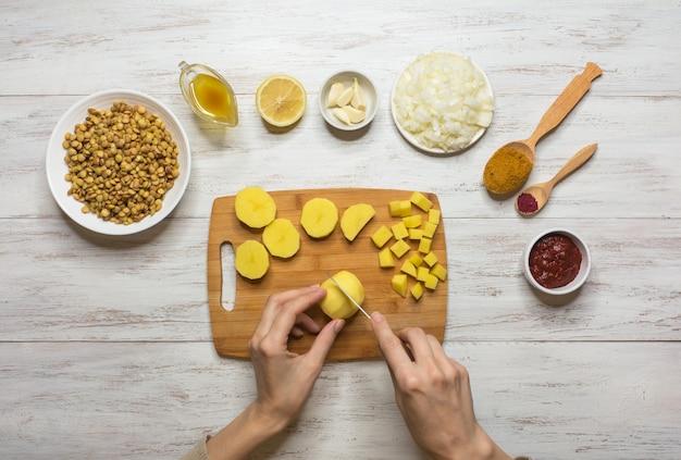 Koken adasi, perzische linzen stoofpot. set van ingrediënten op een witte tafel. arabisch eten. Premium Foto