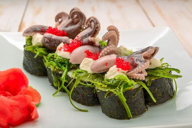 Koken, aziatische keuken, verkoop en voedsel concept - close-up van handen met een tang sushi op straat markt nemen assorted van verse sushi Premium Foto