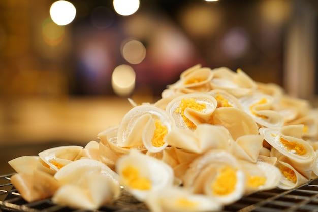 Koken verse thaise knapperige pannenkoek., bangkok, thailand. Premium Foto