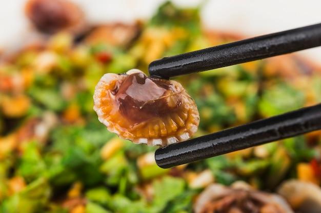 Kokkelschotel met sojasauskruiden Premium Foto
