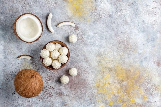 Kokos en witte chocoladetruffels met halve kokosnoot Gratis Foto
