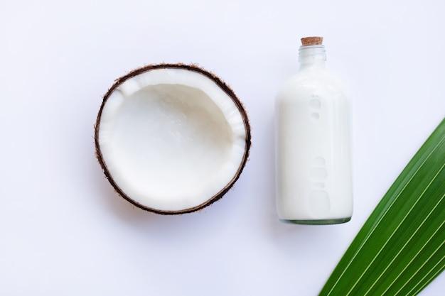 Kokosnoot met kokosmelk op witte achtergrond. Premium Foto