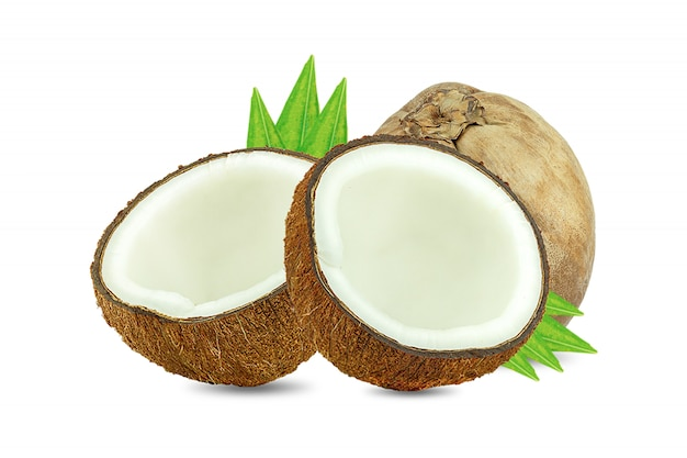 Kokosnoten en groen die palmblad op wit worden geïsoleerd Premium Foto