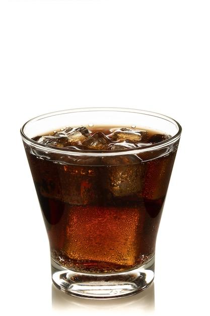 Kola in glas met ijs op witte achtergrond Premium Foto