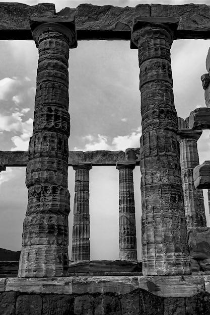 Kolommen van de kaap sounion onder een bewolkte hemel in griekenland Gratis Foto