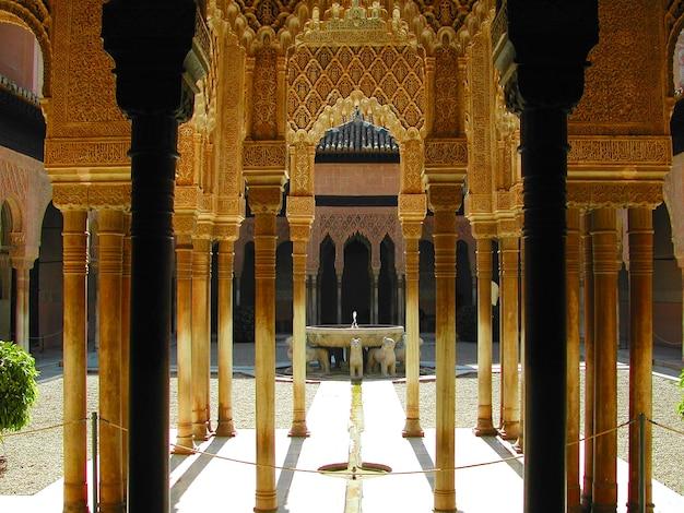 Kolommen van het paleis van alhambra in granada, spanje met uitzicht op het hof van leeuwen Gratis Foto