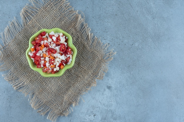 Kom bloemkool en pepersalade op marmer. Gratis Foto