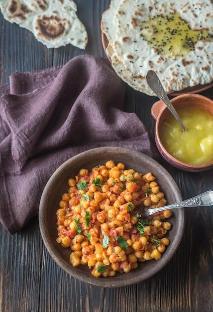 Kom chana masala met flatbread Premium Foto