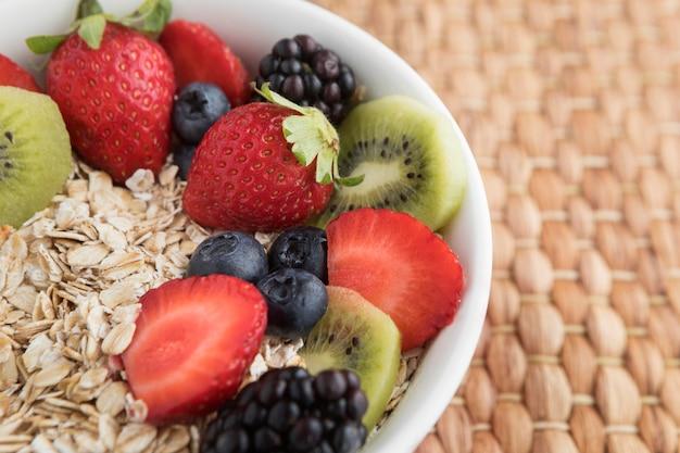 Kom gevuld met fruit en granen Gratis Foto