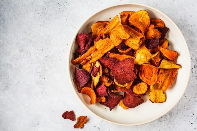 Kom gezonde groenteschilfers van bieten, zoete aardappelen en wortelen Premium Foto