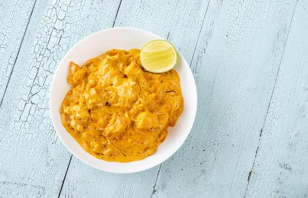 Kom met kipcurry op tafel Premium Foto