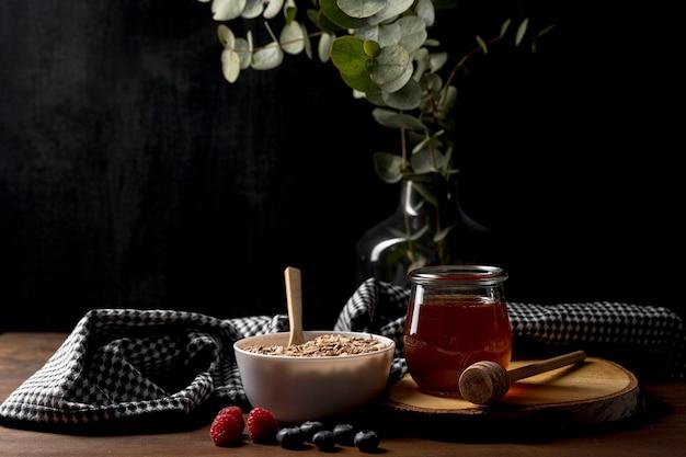 Kom met muesli granen en yougurt op tafel Gratis Foto