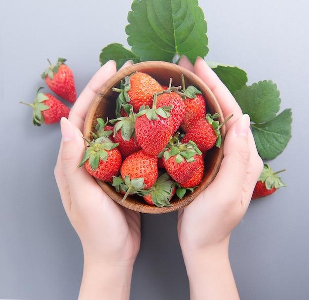 Kom met prachtige heerlijke aardbeien Premium Foto