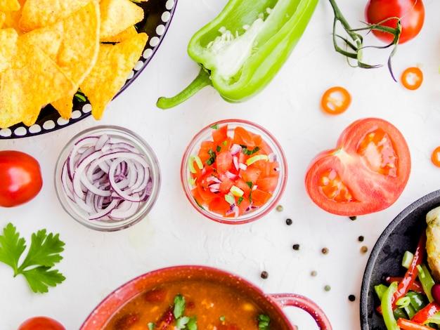 Kom met salsa saus en ingrediënten Gratis Foto