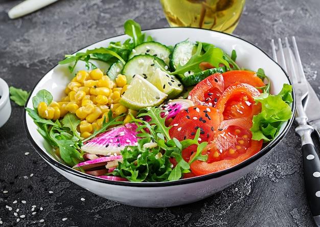 Kom met verse rauwe groenten Premium Foto