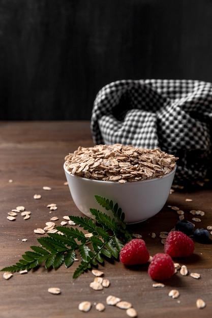 Kom met yougurt met granola granen en fruit Premium Foto