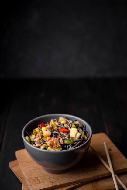 Kom noedels met groenten en eetstokjes Gratis Foto