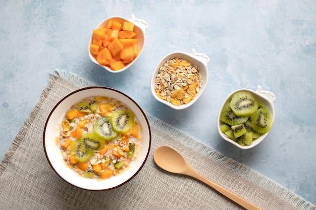 Kom ontbijtgranen met melk en fruit heerlijk gezond ontbijt hoge mening Premium Foto