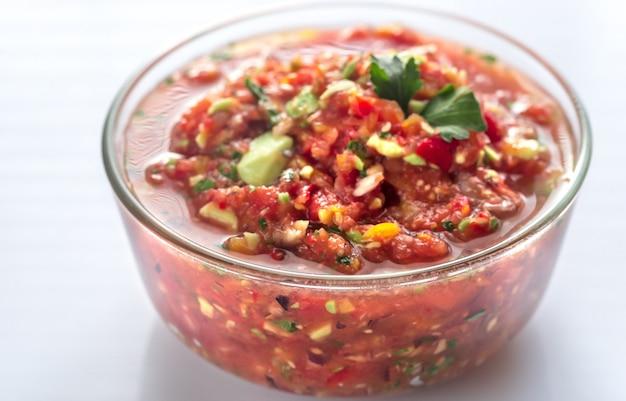 Kom salsa met ingrediënten Premium Foto