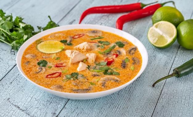 Kom tom kha kai - thaise kippenkokossoep Premium Foto