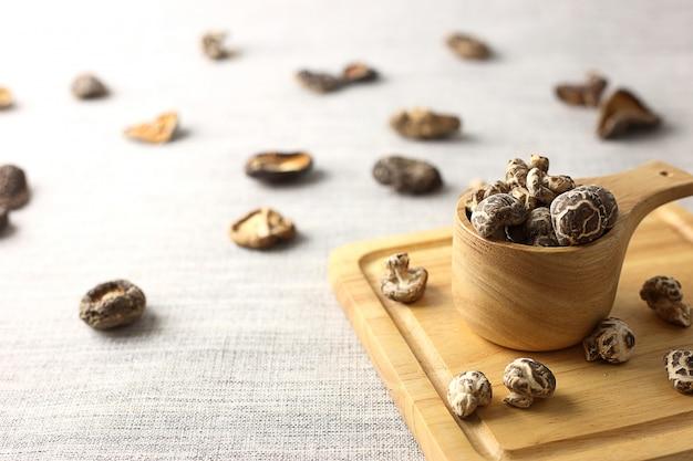 Kom van droge champignons op houten bord Premium Foto