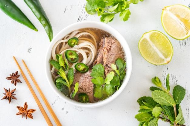 Kom vietnamese soep beef pho (pho bo) Premium Foto