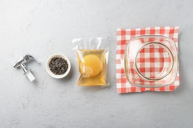 Kombucha in een verpakking met ingrediënten om mee te koken. gefermenteerd voedsel. Premium Foto