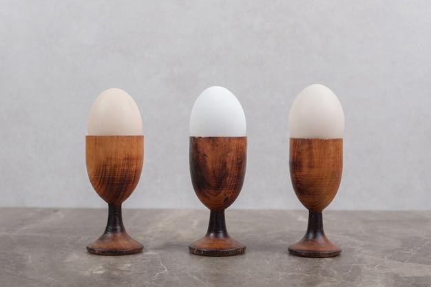 Kommen met gekookte eieren op marmeren tafel. hoge kwaliteit foto Gratis Foto