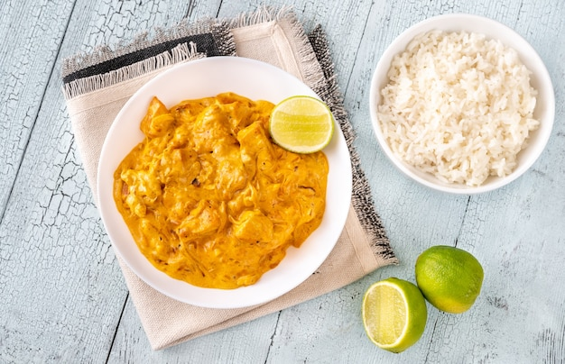 Kommen met kipkerrie en gekookte witte rijst Premium Foto