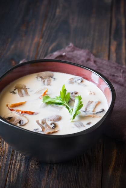 Kommen thaise tom kha soep Premium Foto