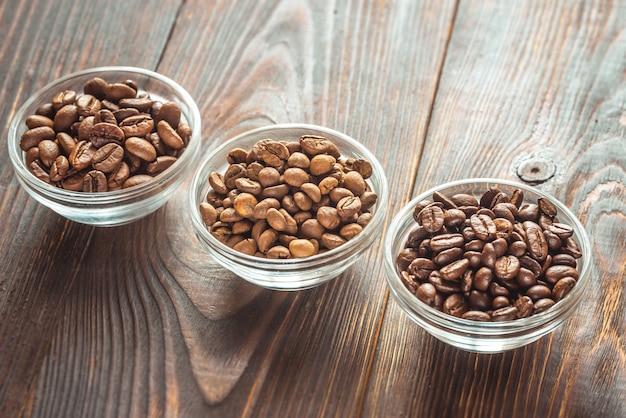 Kommen van verschillende soorten koffiebonen Premium Foto