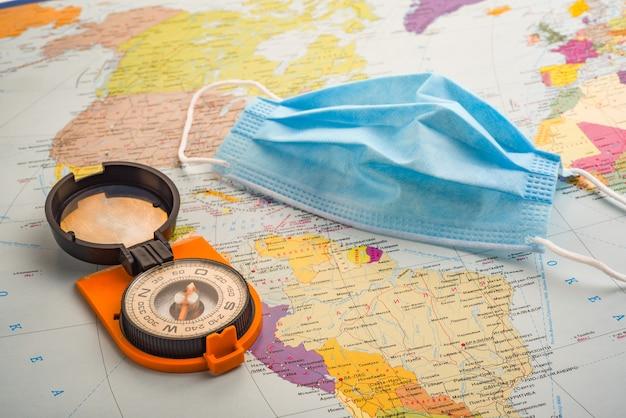 Kompas en medisch masker Premium Foto