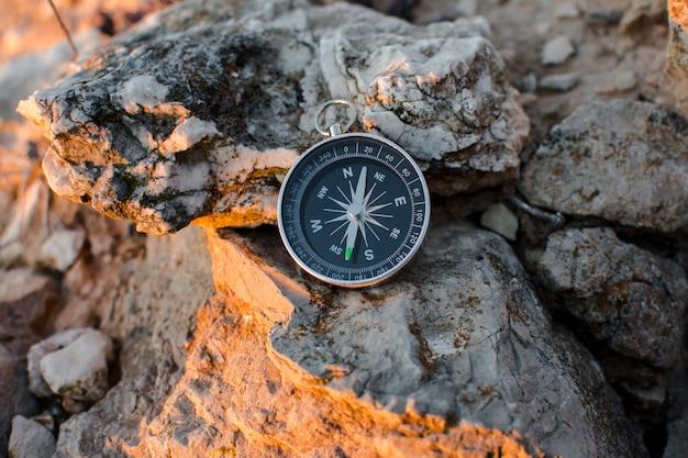 Kompas in de bergen Premium Foto