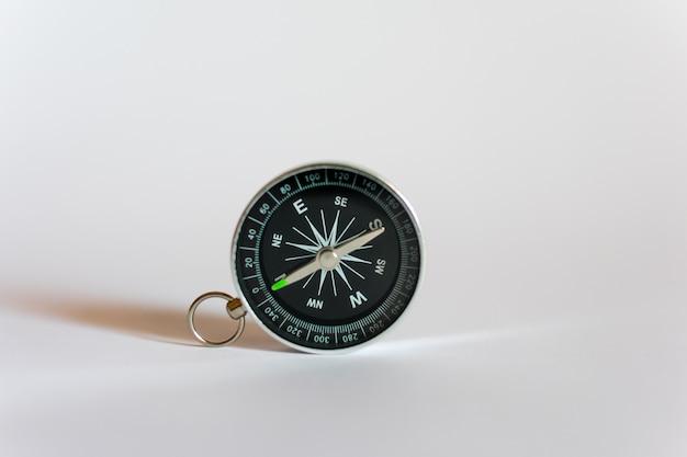 Kompas op een witte achtergrond Premium Foto