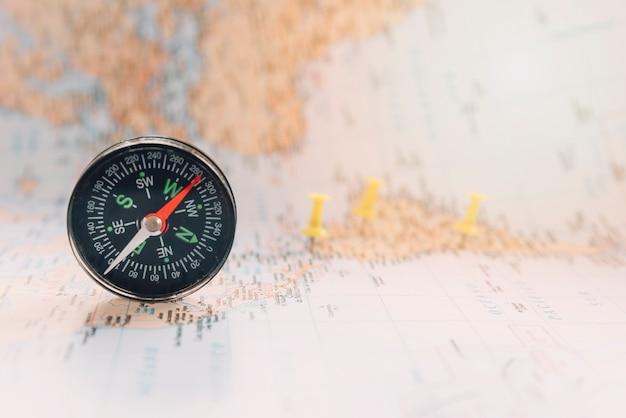 Kompas op onscherpe kaart Gratis Foto