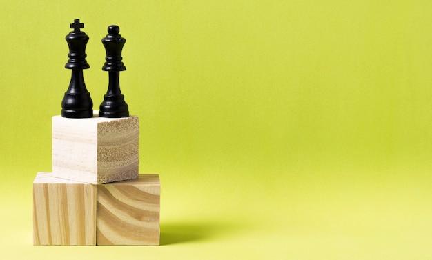 Koning en koningin stukken schaak op houten kubussen met kopie ruimte Gratis Foto