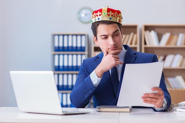 Koningszakenman die in het bureau werken Premium Foto