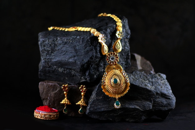 Koninklijke gouden juwelenset Premium Foto