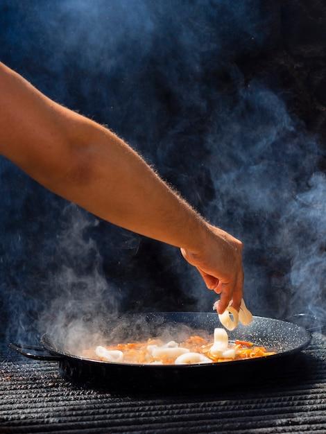 Kook het toevoegen van calamariringen aan groenten op een koekenpan Gratis Foto