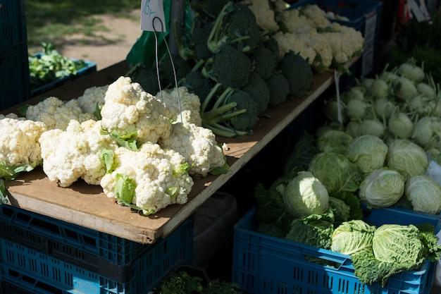 Kool, boerenkool, bloemkool en broccoli op de markt Gratis Foto