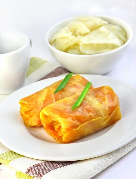 Koolbroodjes gevuld met vlees en groenten Premium Foto