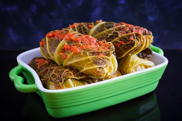 Koolbroodjes met savooiebladeren op donkere oppervlakte Premium Foto