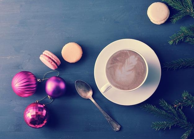Kop cappuccino met cake macaron, kerstmisspeelgoed Premium Foto