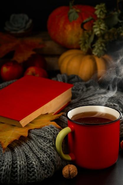 Kop hete thee, stoom stijgt op uit de drank Premium Foto