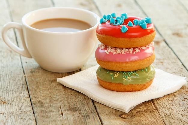 Kop koffie en donuts Premium Foto